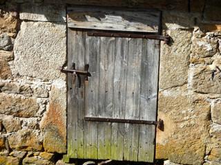 Porte ancienne sur mur de pierres