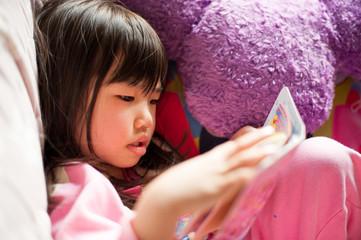 手帳を見る女の子