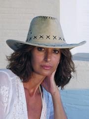 Ritratto di donna con cappello da cowboy