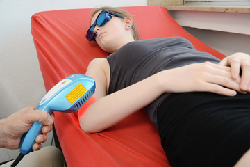 Patient bei Lasertherapie