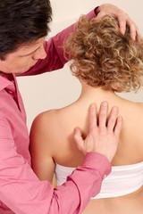Orthopaede mit einer Patientin in Behandlung