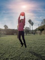 ragazza felice salta con il pallone