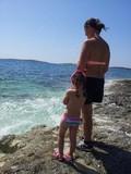 mamma e bambina guardano il mare