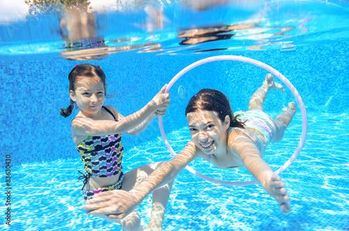 Poster Des enfants heureux de nager dans la piscine sous-marine, les filles de natation