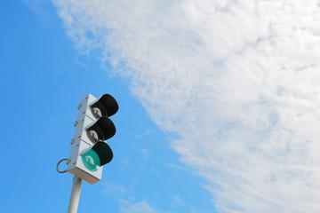 青の信号機と青空