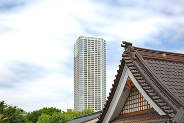 寺と高層マンション