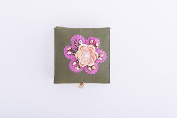 Buntes Schmuckkästchen mit Blumen