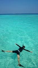 モルディブの海でシュノーケル