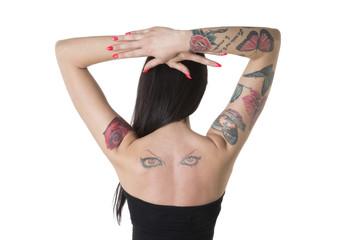Braccia sulla testa e tatoo