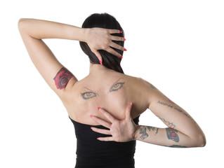 Donna di spalle con tatuaggi