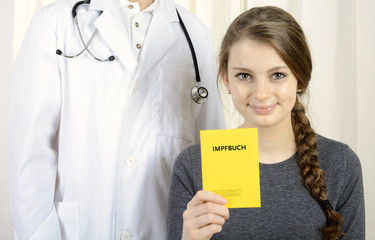 Patient mit Impfbuch bei Arzt