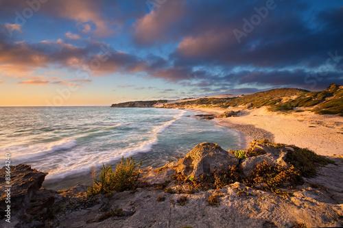 poznego-wieczora-krajobraz-oceanu-nad-skalistym-brzeg-ciezkich-chmur-bl
