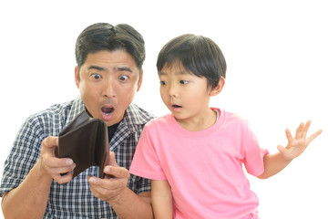 財布を持つ親子