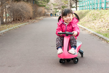 乗り物で遊ぶ子供