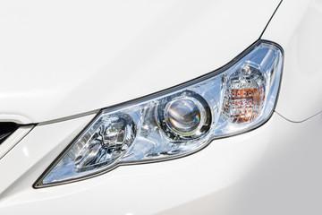 車のヘッドライト  Headlight of the white car