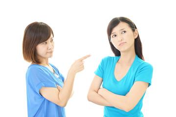 喧嘩をする女性