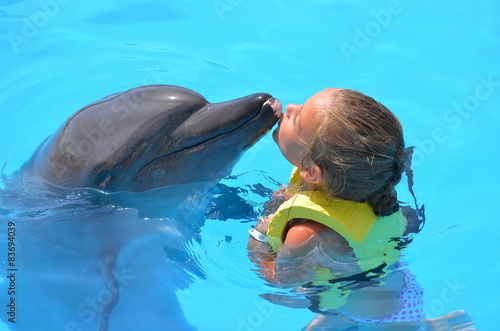 Poster fille embrassant  un dauphin