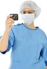 Arzt in OP-Kittel schaut auf Pager