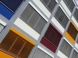 Bunte Fassade an einem Bürogebäude