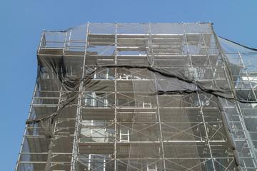 建設中マンションの足場Footing of the building site