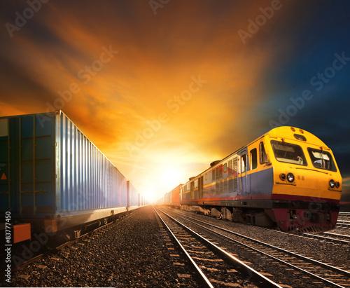 Trainst kontenerowy przemysłu działa na torze kolejowym przed Bea