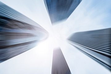 Moderne Hochhäuser vor blauem Himmel