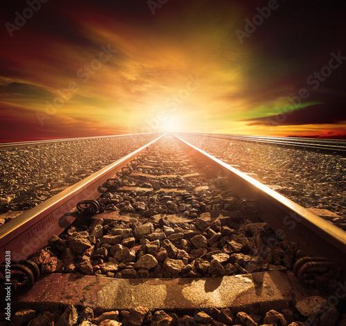 skrzyżowanie toru kolejowego w stacji kolejowej z pięknym li
