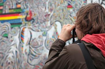 hombre sacando foto al muro berlín 3778-f15