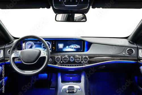 Deska rozdzielcza wnętrza samochodu czarna z niebieskim światłem otoczenia