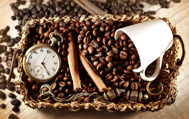 Chicchi di caffè con orologio visto dall'alto