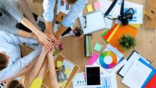 Equipo de negocios con las manos juntas - conceptos de trabajo en equipo