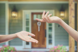 Fototapety Mani con chiavi sfondo porta di casa