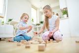 Fototapety Zwei Kinder bauen Turm aus Bausteinen