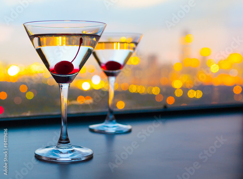 Juliste Cocktail glasses with city view
