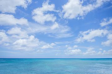 Fototapeta spokojne morze z białymi obłokami