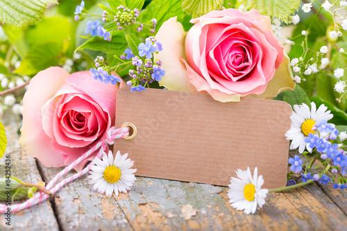 Rosen, Vergissmeinnicht, Gänseblümchen und Karte mit Copyspace