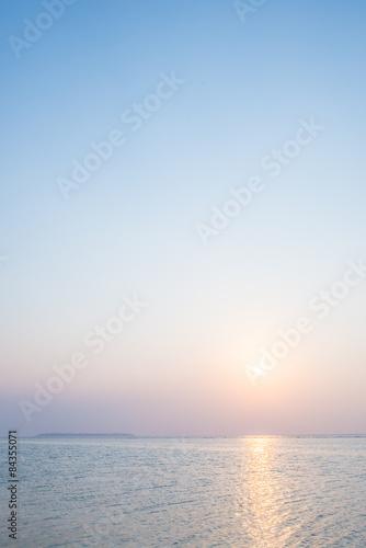 沖縄の海・夕日と淡い空 - 84355071