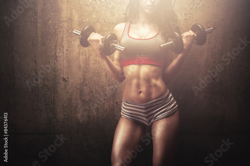 mlody-sprawnosci-fizycznej-kobiety-spelniania-cwiczenie-z-jej-silnym-miesniowym-cialem