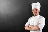 cuoco sorridente su fondo nero lavagna