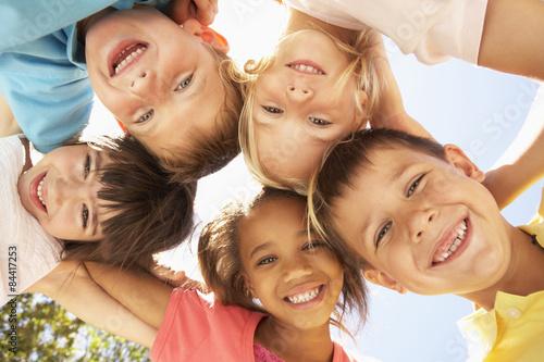 obraz lub plakat Grupa dzieci patrząc w dół do kamery