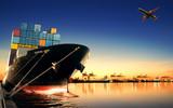 statek kontenerowy w imporcie, port wywozu przed rannym rankiem l