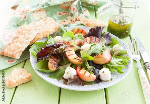 Leinwanddruck Bild Frischer Salat mit gegrillten Pfirsichen