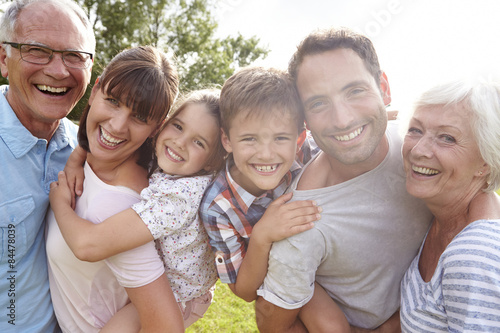 Multi Generation Family Dając dzieci Piggybacks na zewnątrz