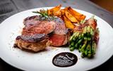 Fototapety Juicy rib-eye steak with potatoe wedges and french beans
