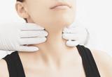 Donna visitata alla gola e collo da medico - 84534491