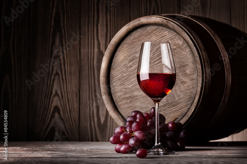 Fototapeta Red wine in glass and bunch of grapes