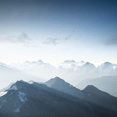 Wysoka góra wczas rano. Piękne krajobrazy
