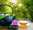 Tee im Freien, serviert in chinesischem Bambusgarten