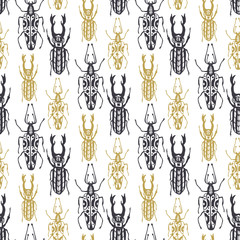 Ładny ręcznie rysowane wzór z owadów chrząszczy w złoto i
