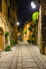 Fototapeta Włoszka uliczka nocą w Spello